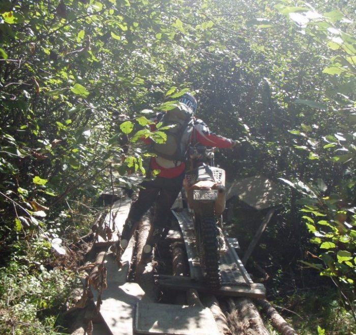 Pont de fortune - Raid enduro La Tabarnak