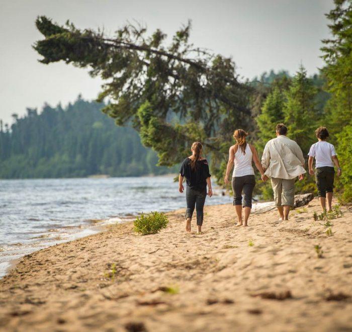 Vacances en famille - marche sur la plage famille